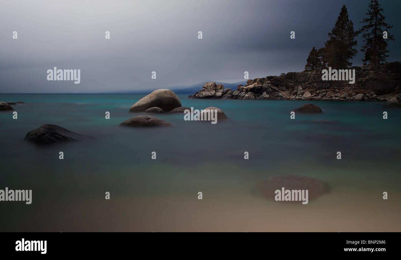 Tiempo de exposición revela los colores y la claridad de Lake Tahoe, California, USA. Foto de stock
