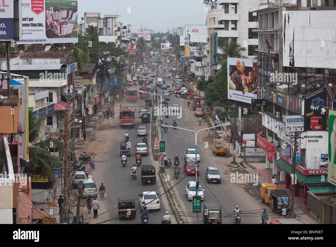 Demasiado tráfico motorizado en la India provoca el caos en el sistema de carreteras inadecuadas. Kochi, Kerala, Imagen De Stock
