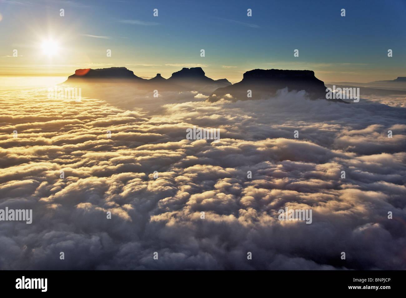 Vista aérea de nubes arremolinándose alrededor de la Cumbre de las montañas de piedra arenisca o Imagen De Stock