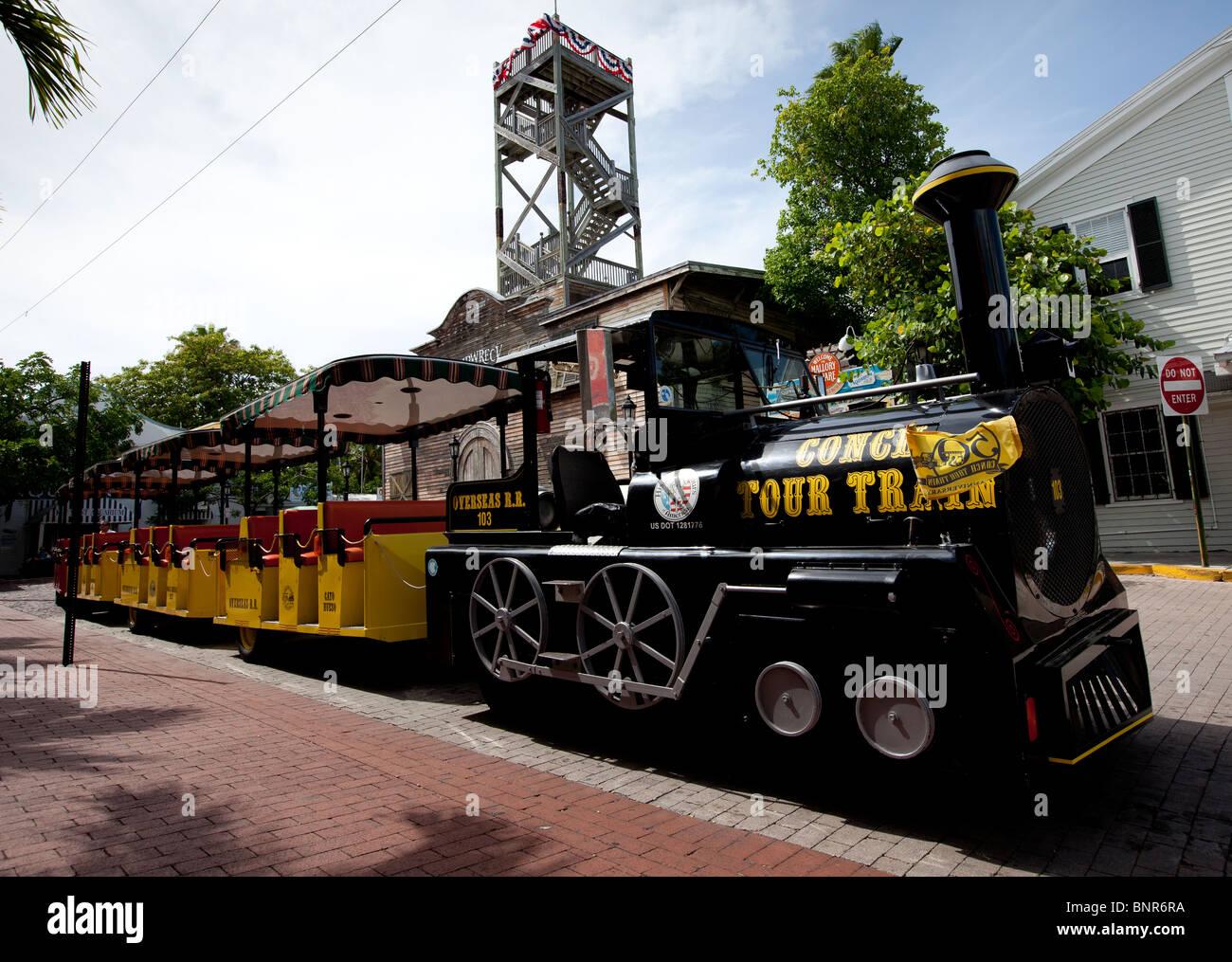 Key West Conch Tour Train viaja alrededor de la ciudad de Key West con turistas a bordo para ver las atracciones. Foto de stock