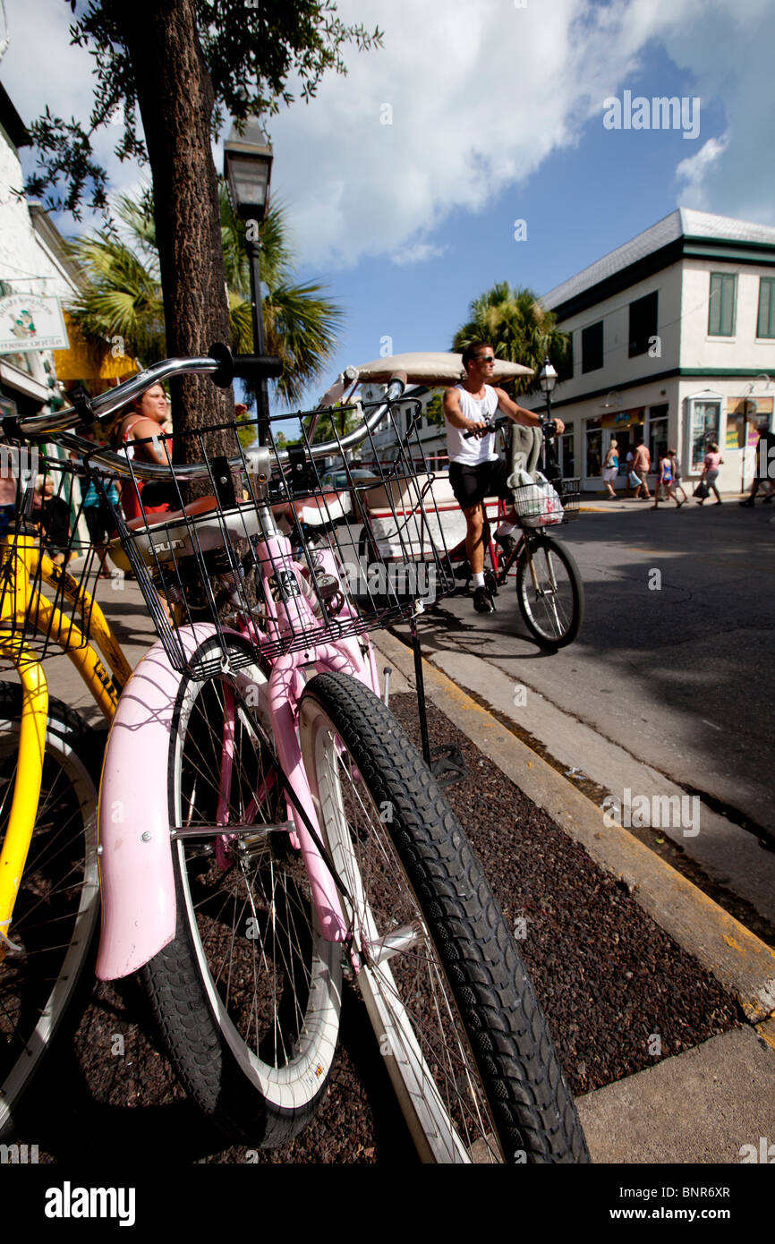 Escena callejera, Key West, Florida avistamiento de diversos modos de transporte alrededor de la ciudad. Foto de stock