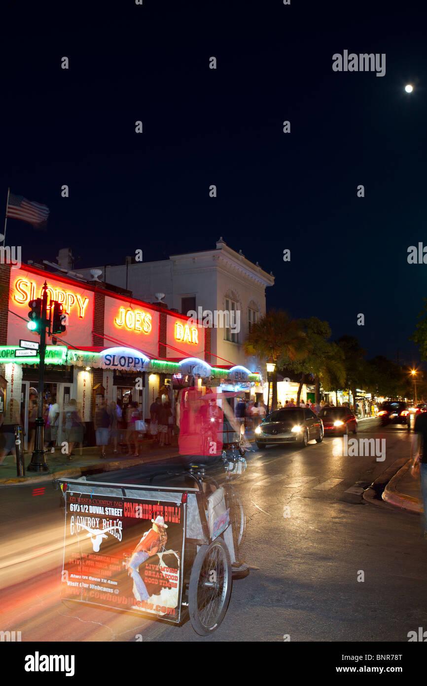 Escena callejera, Key West, Florida, con descuidada Joes Bar en la calle Duval. Foto de stock