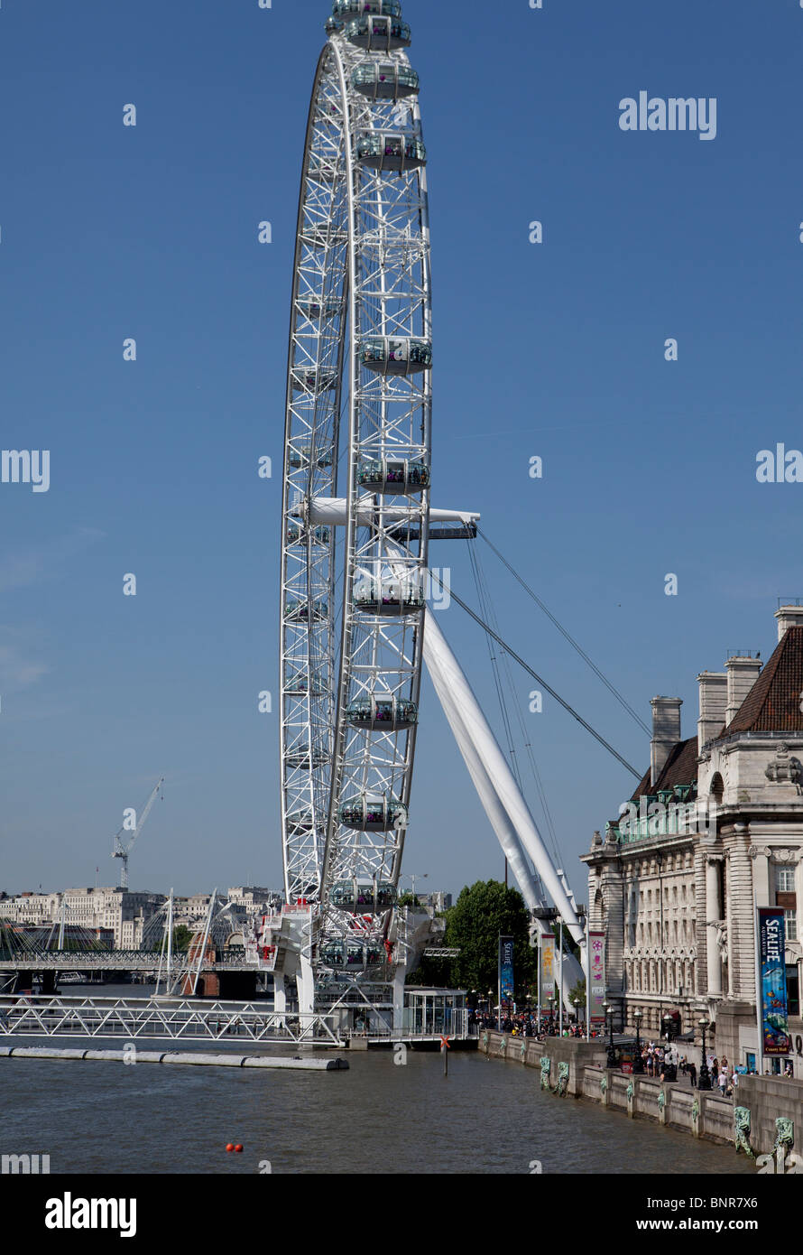 Atracción turística y la plataforma de observación, el Ojo de Londres, Londres, Inglaterra, con una vista del County Hall en el río Támesis Foto de stock