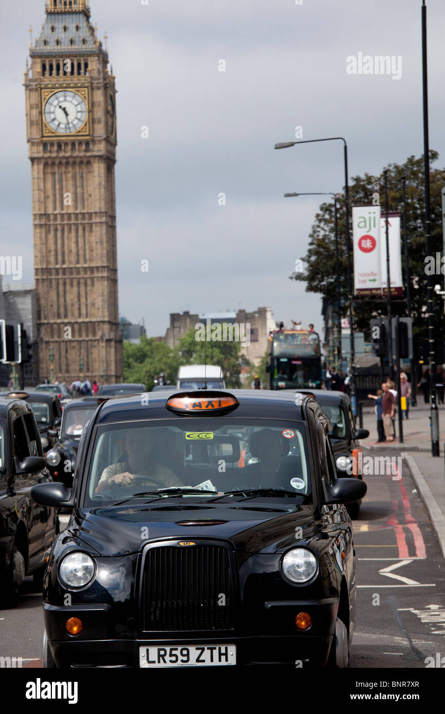 Escena de una calle de la ciudad de Londres, con vistas a la torre del reloj con el Big Ben, Londres, Inglaterra Foto de stock
