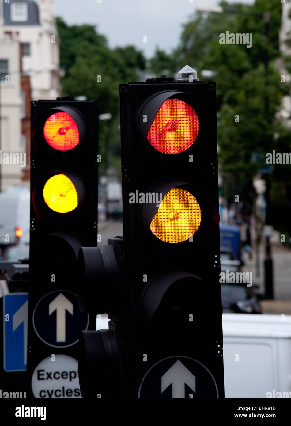 Semáforo y las señales de tráfico, Londres, Inglaterra Foto de stock