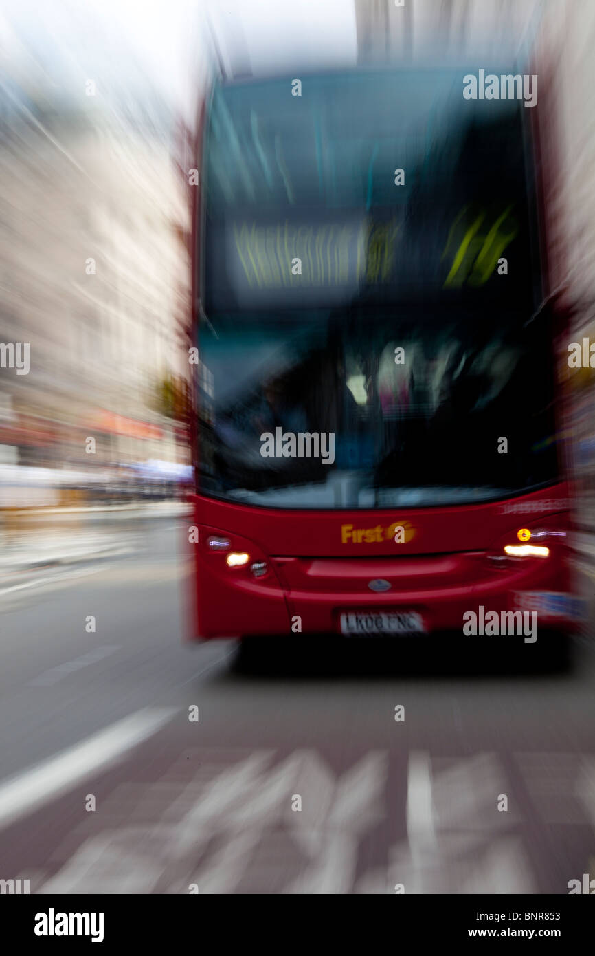 Escena callejera con bus, Londres, Inglaterra. Velocidad de obturación baja con pan. Foto de stock