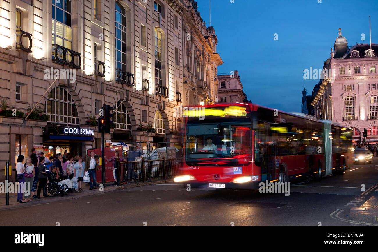 Escena de una calle al anochecer, Londres, Inglaterra Foto de stock