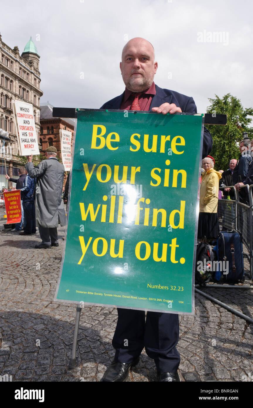 """El hombre posee una pancarta """"Asegúrese de que su pecado le encontrarán out' (Números 32:23) Foto de stock"""