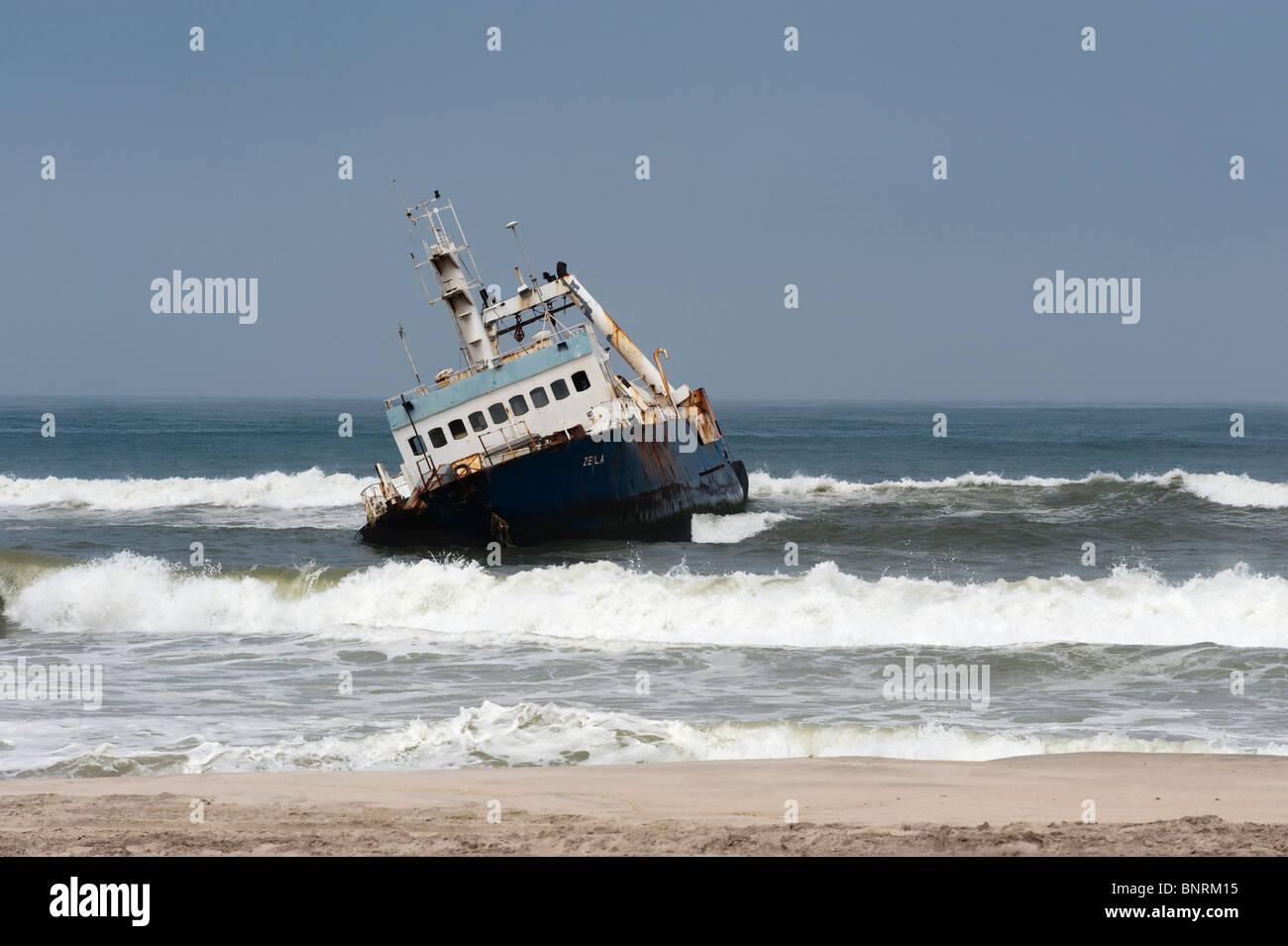 Arrastrero de peces varados en Namibia Hentiesbaai Foto de stock