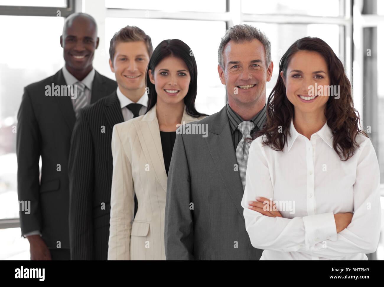 Empresarios de diferentes culturas mirando a la cámara Imagen De Stock