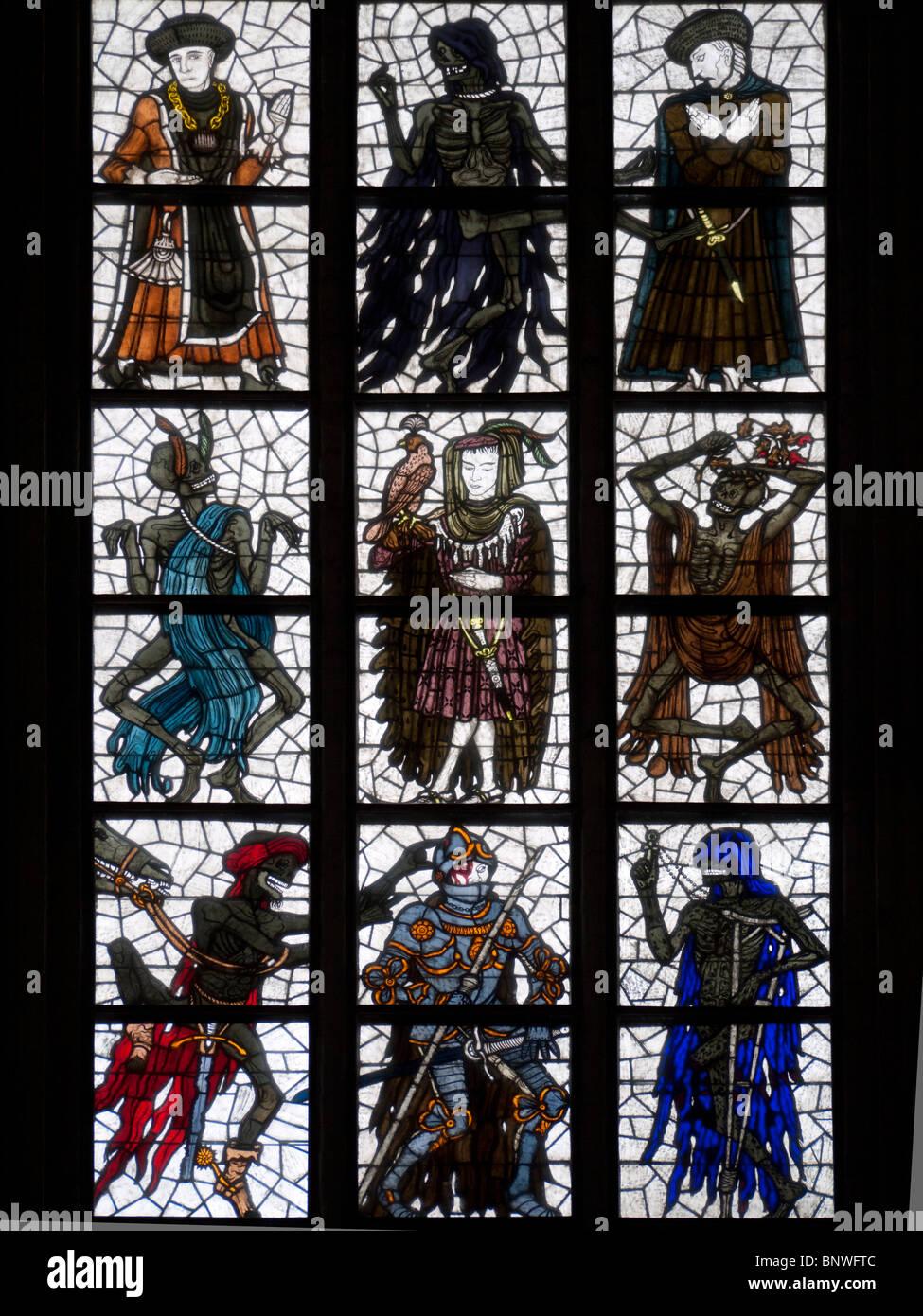 Vista de las vidrieras en la Marienkirche en ciudad de Lubeck en Alemania Imagen De Stock