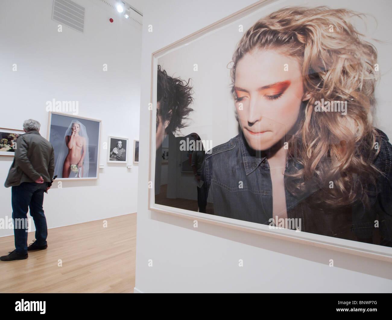 Las fotografías en exhibición en el Museo de Fotografía de espuma en Amsterdam Países Bajos Imagen De Stock