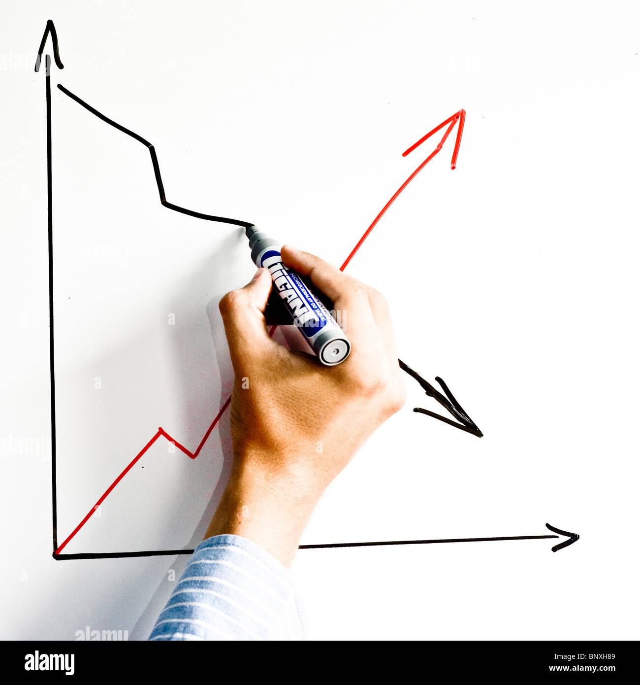 Hombre de dibujo a mano alzada el gráfico en una pizarra blanca Imagen De Stock