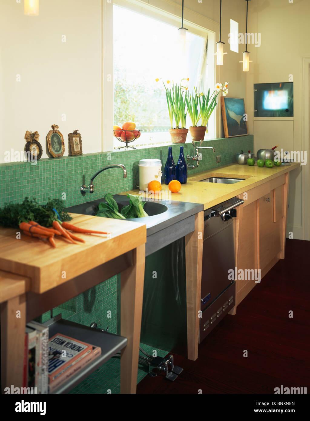 Montón de zanahorias en unidad independiente junto al fregadero de acero en  la moderna cocina con 3dda3b195afc
