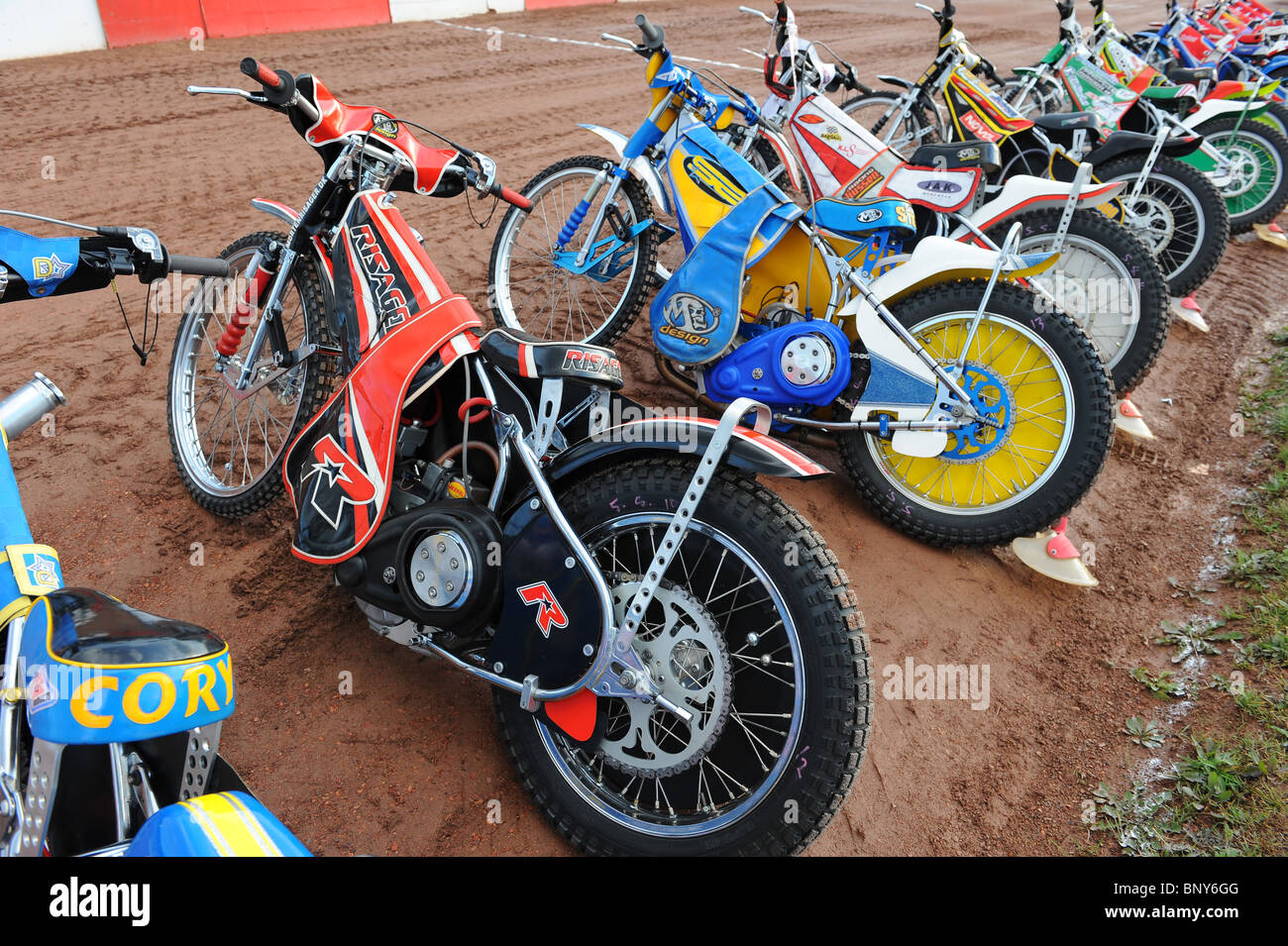 Speedway motos están alineados en la pista antes de racing Imagen De Stock