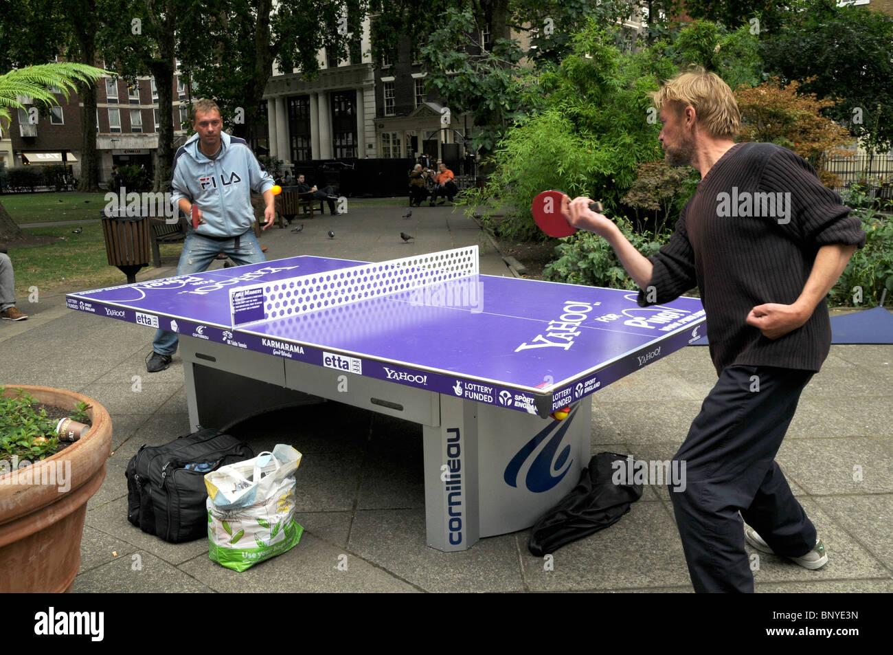 Público en Londres tenis de mesa en la plaza SOHO Imagen De Stock