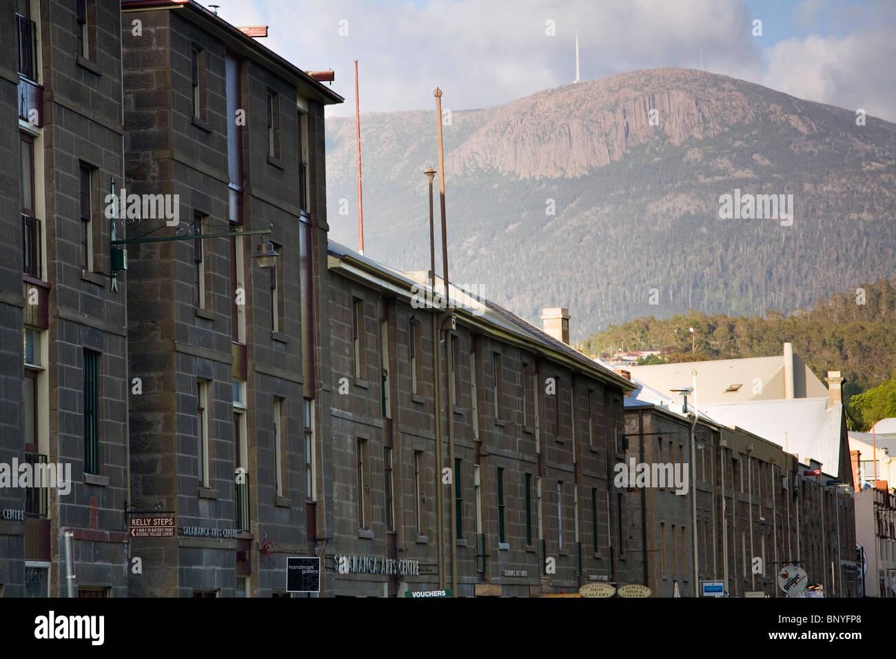 La arquitectura colonial de Salamanca Place con el Monte Wellington detrás. Hobart, Tasmania, Australia Imagen De Stock