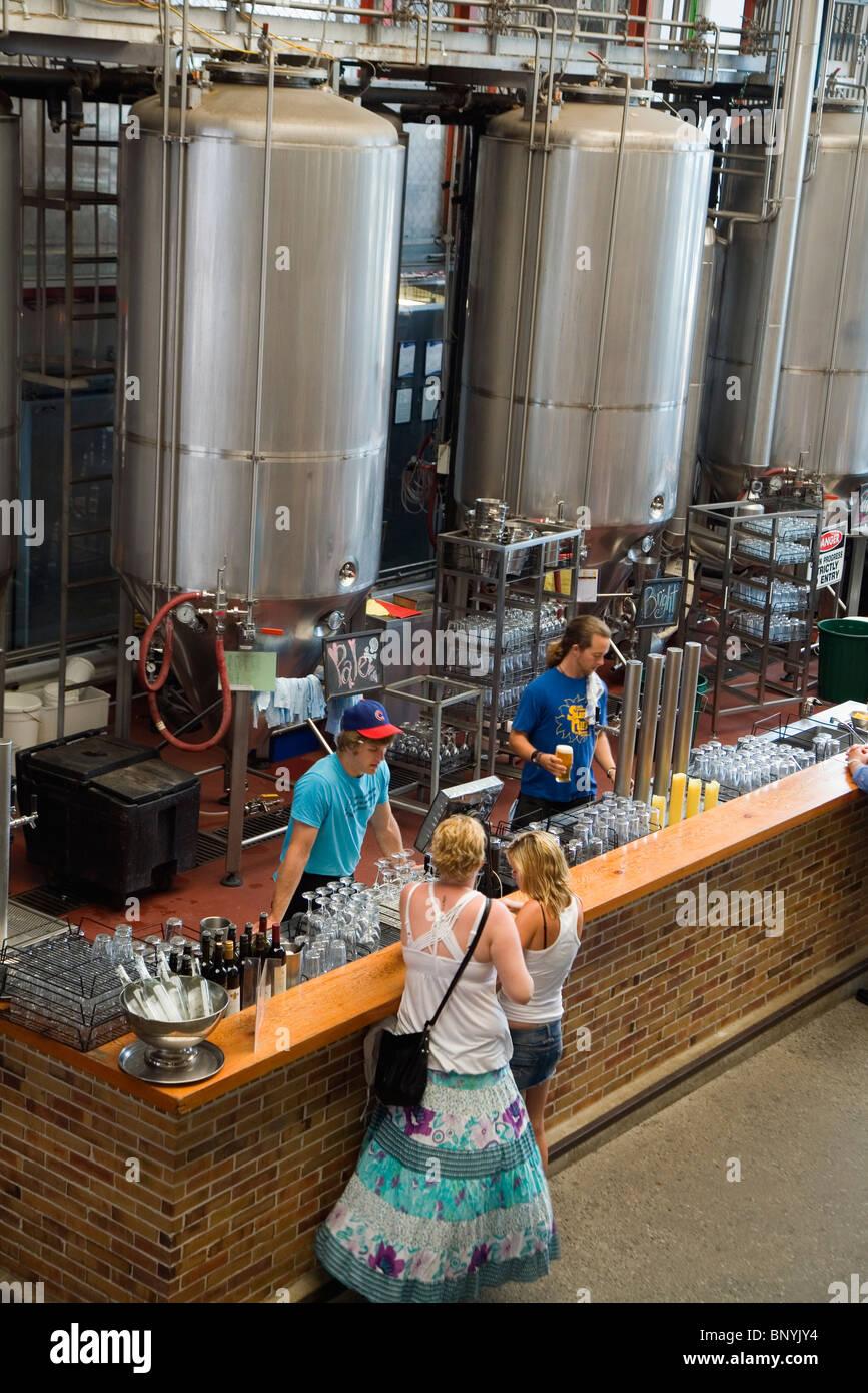 La barra en las Criaturas poco cervecería - conocido por sus cervezas cerveza en casa. Fremantle, Australia Imagen De Stock