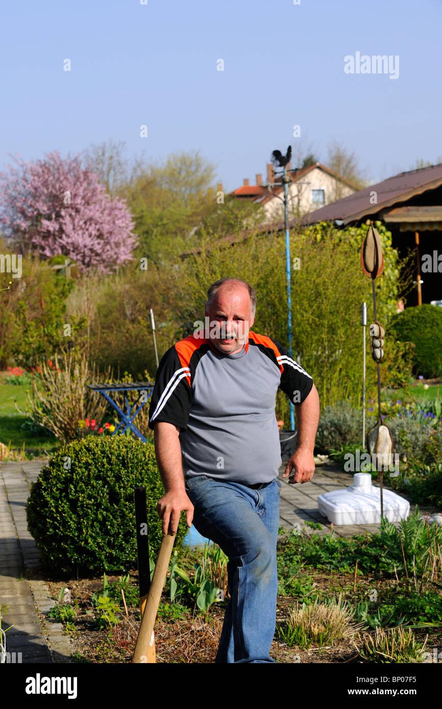 El hombre después de jardinería Imagen De Stock