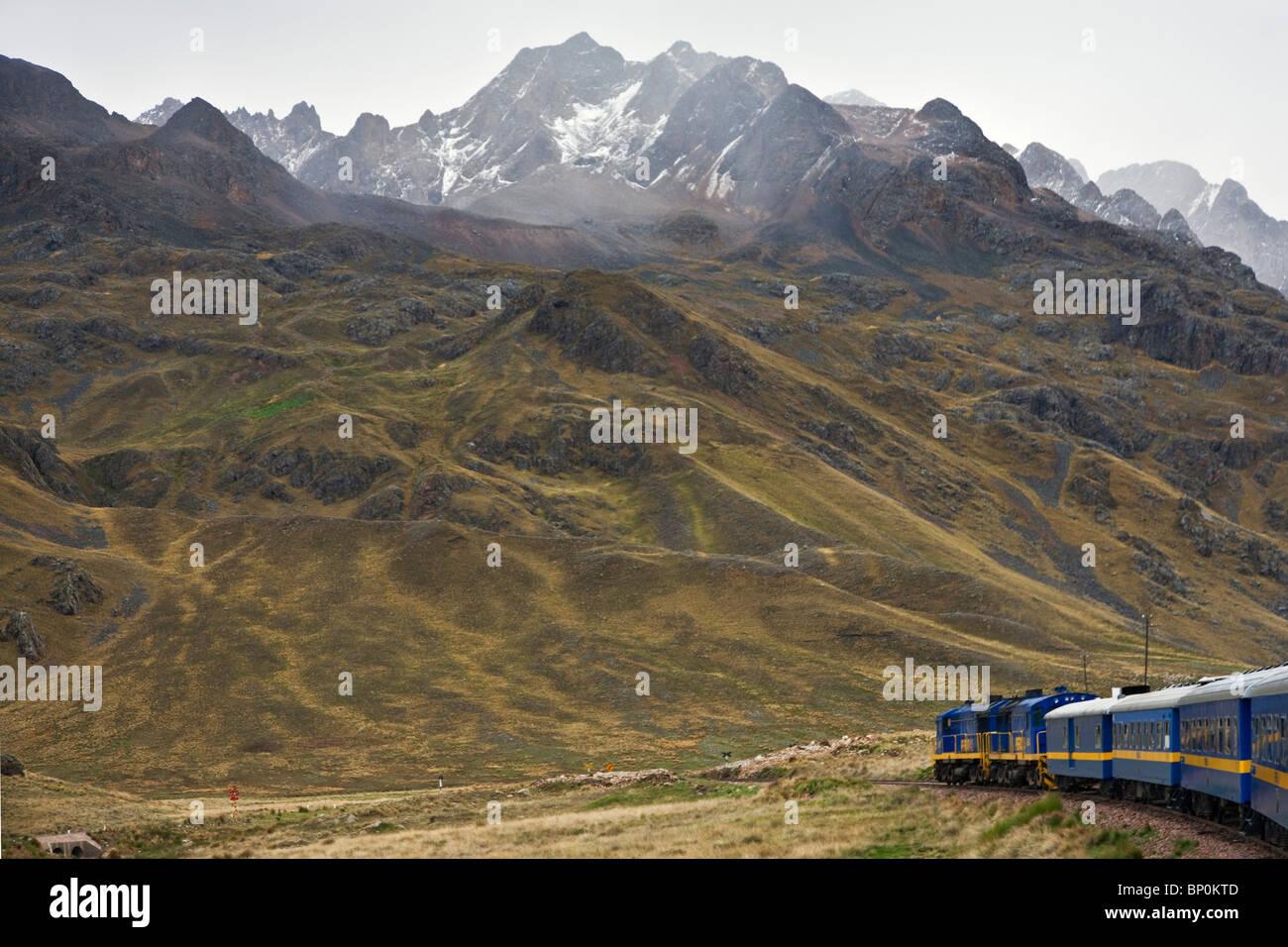 Perú, el paisaje de las altas montañas de los Andes desde la comodidad de la Andean Explorer Express tren Imagen De Stock