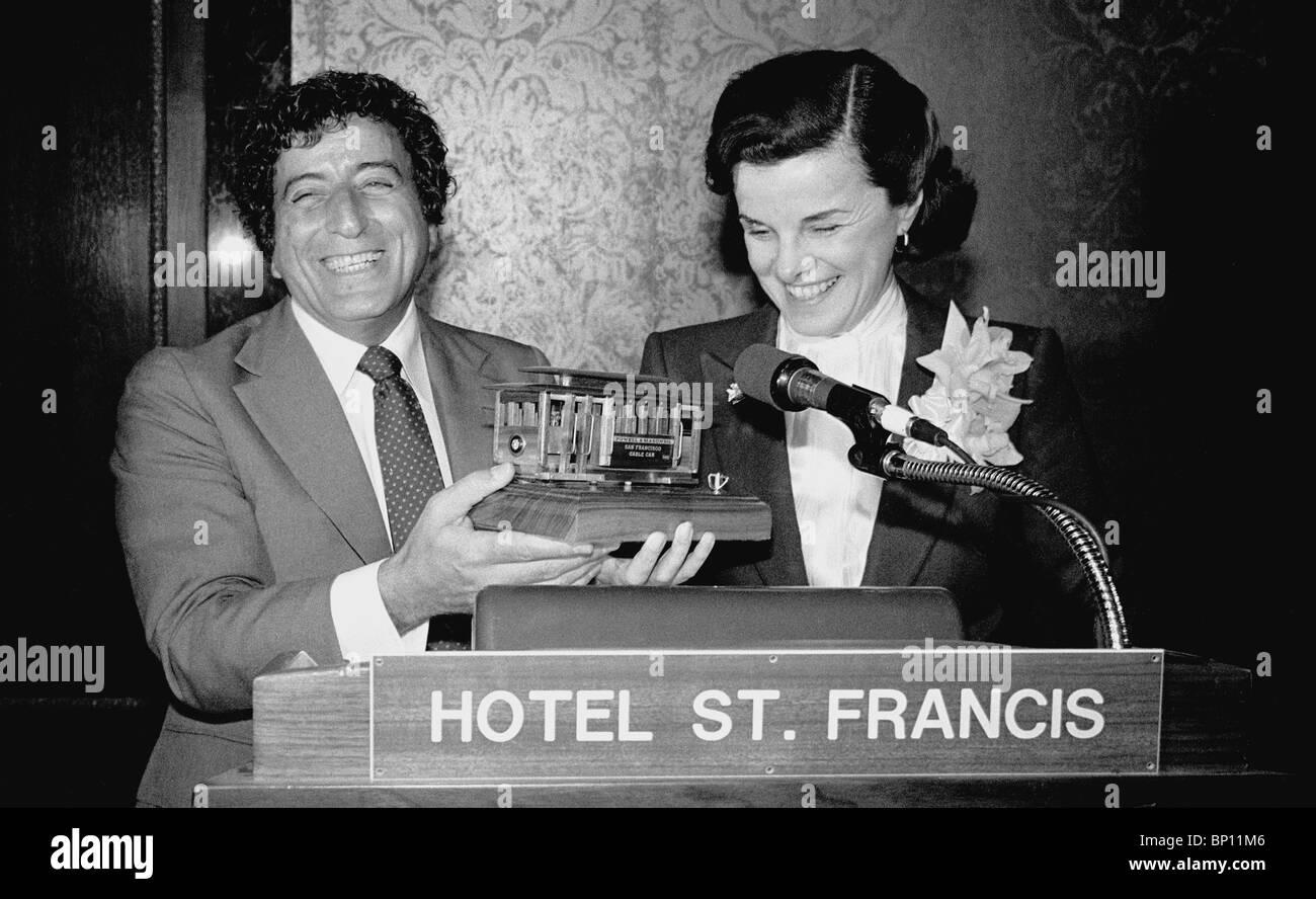 Tony Bennett y alcalde Dianne Feinstein en San Francisco Teleférico benifit Octubre 29, 1980 Imagen De Stock