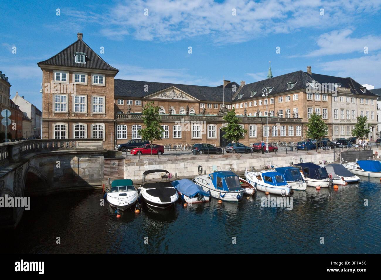 El Danish Nationalmuseet (Museo Nacional) en Copenhague por el Canal Frederiksholm Foto de stock