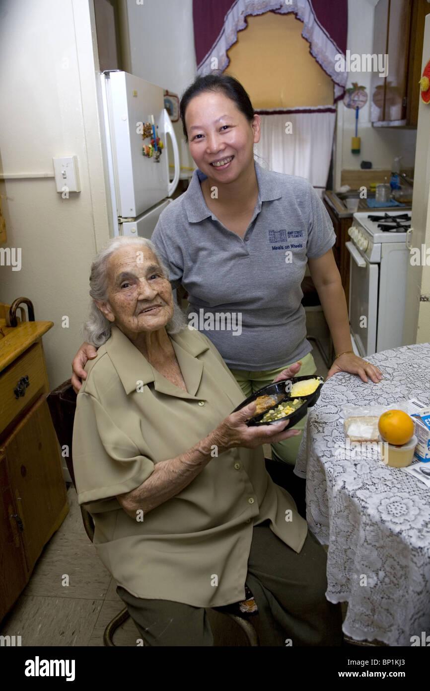 Meals on Wheels Programa ofrece miles de comidas cada día a los ancianos en la ciudad de Nueva York. Imagen De Stock