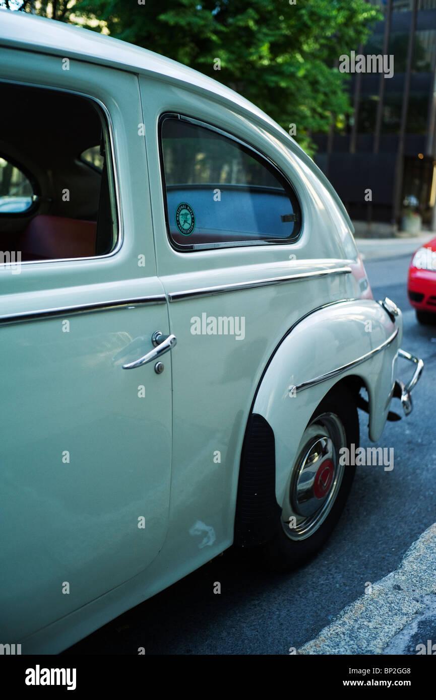 Vista Lateral Del Antiguo Volvo Sedan Con La Asociacion Nacional Del Rifle En La Pegatina De Ventana Fotografia De Stock Alamy