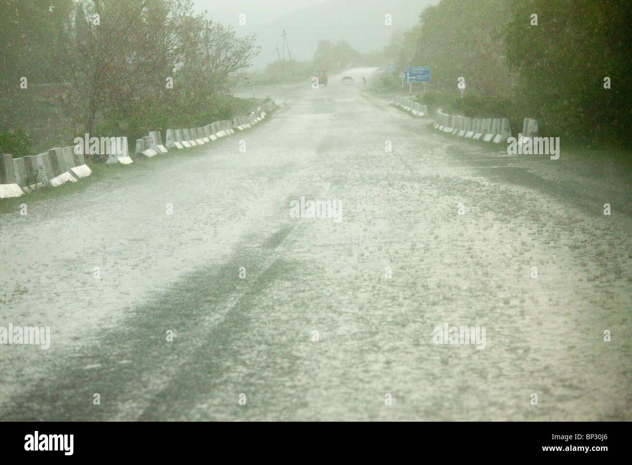 Heavy Rain Ananuri cerca del Gran Cáucaso, Georgia. Imagen De Stock