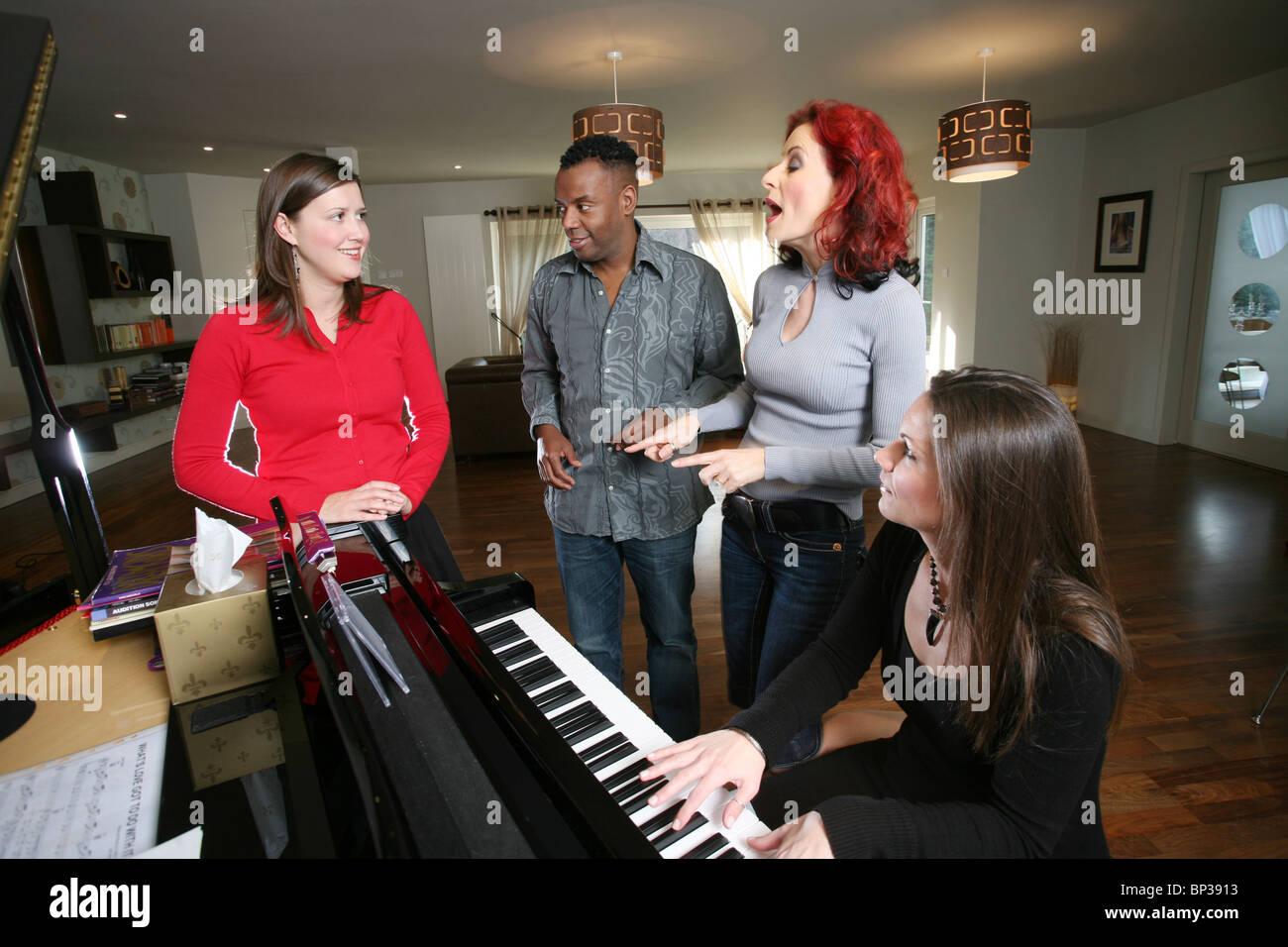 Los entrenadores vocales una mujer dando una lección de canto, Londres, Inglaterra, Reino Unido. Foto:Jeff Imagen De Stock