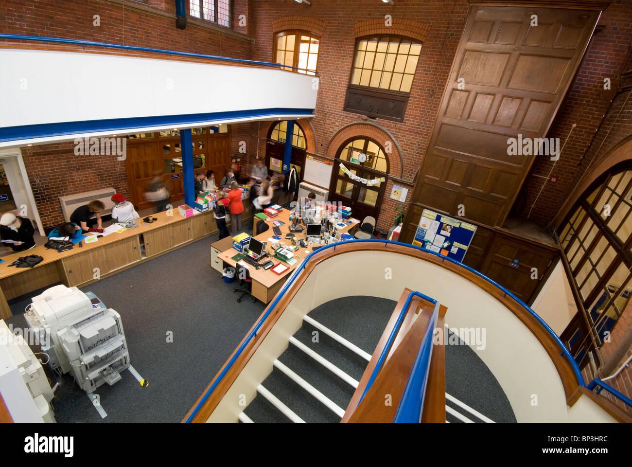 Peter Symonds College Library y escalera Foto de stock