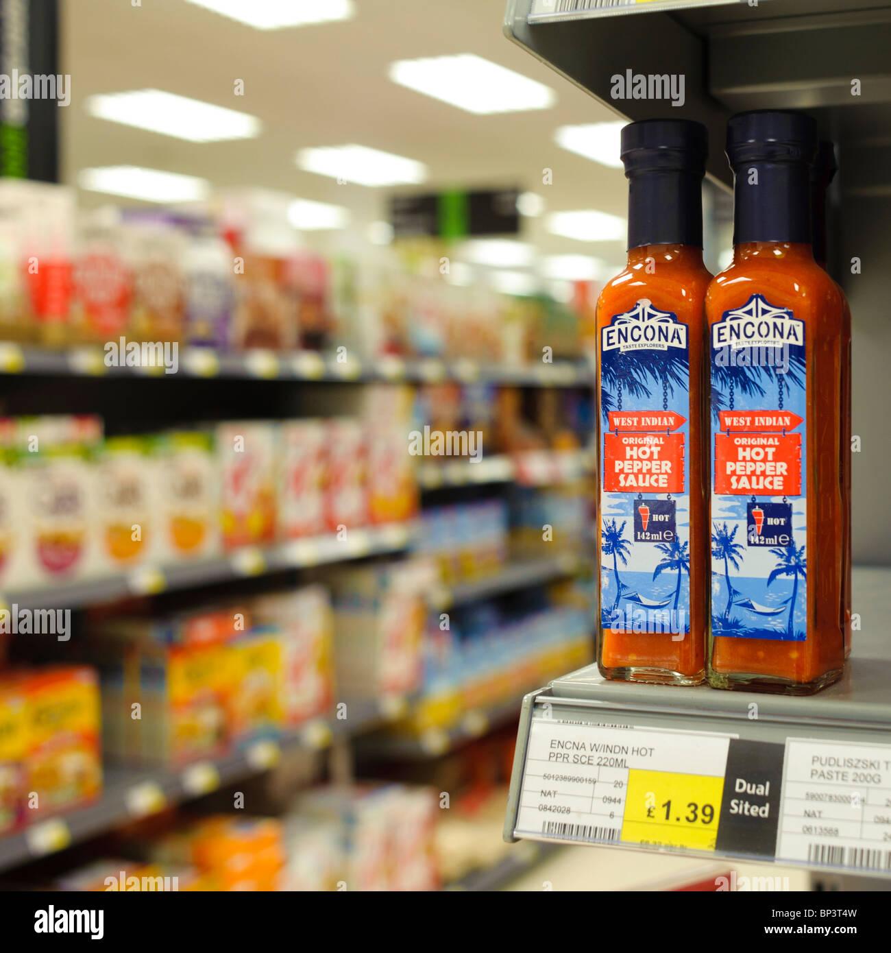 Botella de Salsa de pimiento picante encona en un estante en el supermercado cooperativo, REINO UNIDO Foto de stock