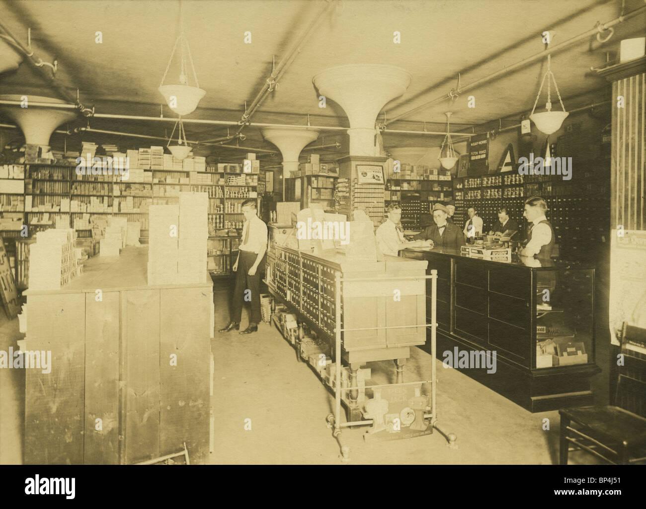 1920 foto de la tienda de suministros y venta al por menor en la Linscott Motor Company, 690 Beacon Street, Boston, Foto de stock