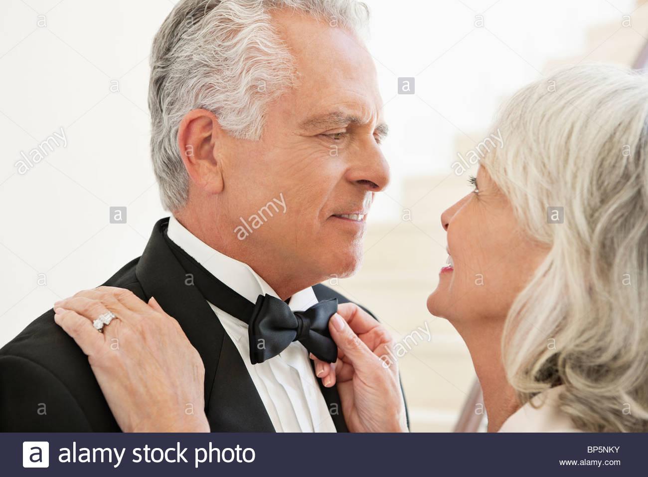 Bien vestida pareja senior cara a cara. Imagen De Stock