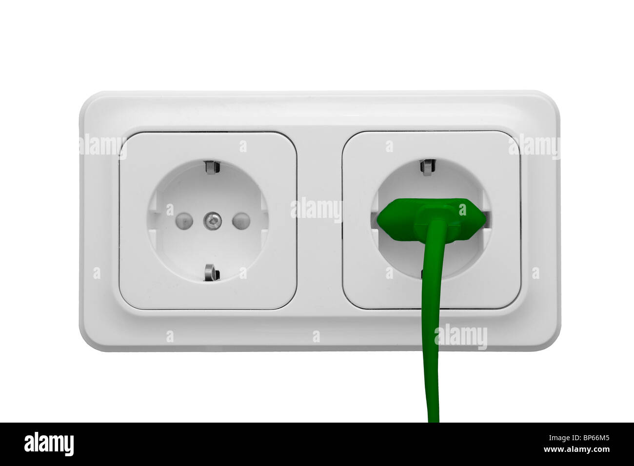 Toma de corriente con cable de alimentación aislado sobre fondo blanco. Imagen De Stock