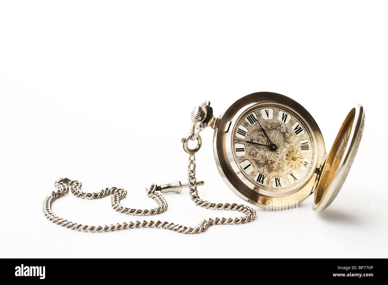 Antiguo reloj de bolsillo sobre fondo blanco. Imagen De Stock