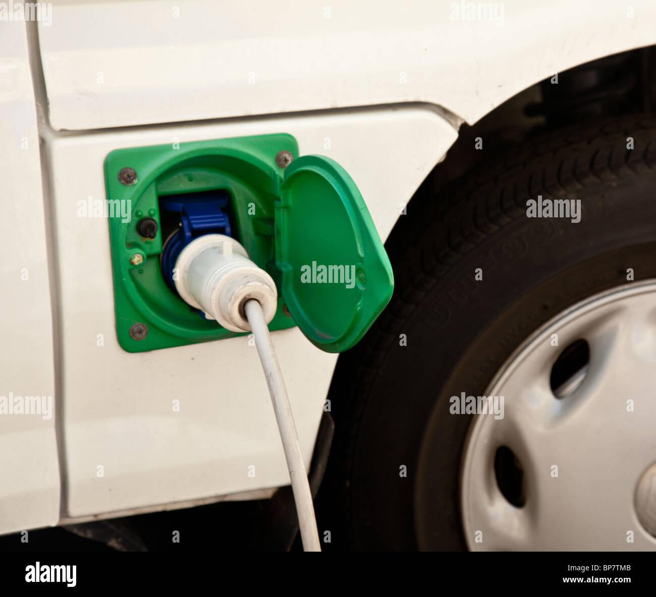 Punto de carga de coches eléctricos de un nuevo coche híbrido eléctrico que se recarga con electricidad Imagen De Stock