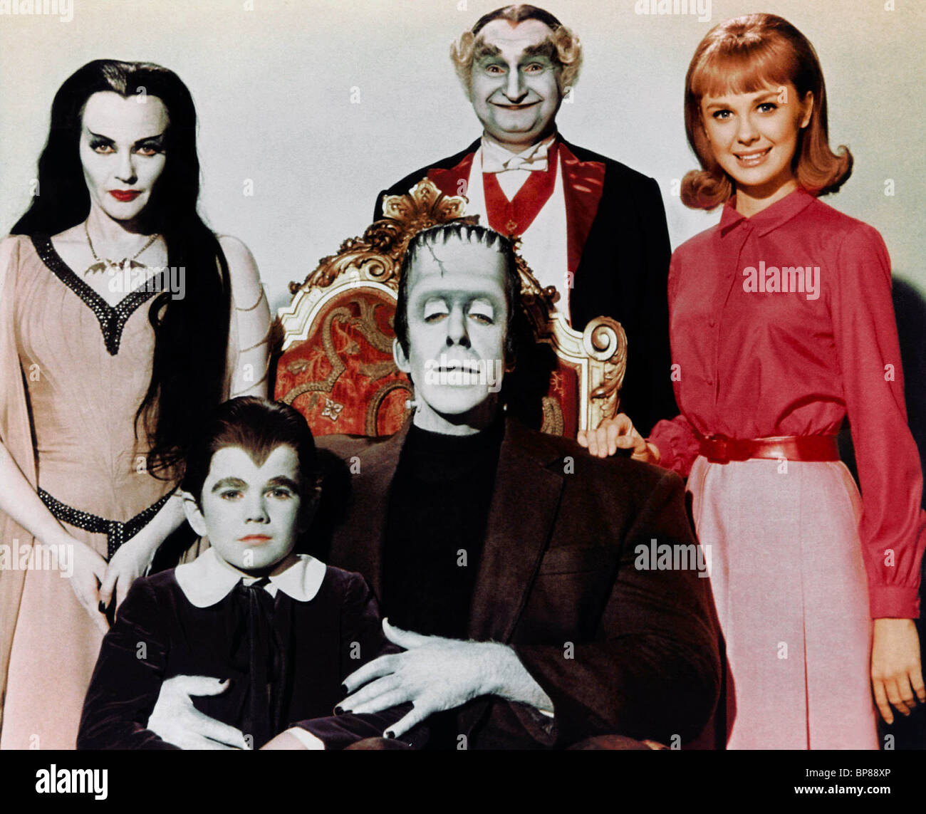YVONNE DE CARLO AL LEWIS BEVERLEY OWEN FRED GWYNNE & BUTCH PATRICK THE MUNSTERS (1964). Imagen De Stock