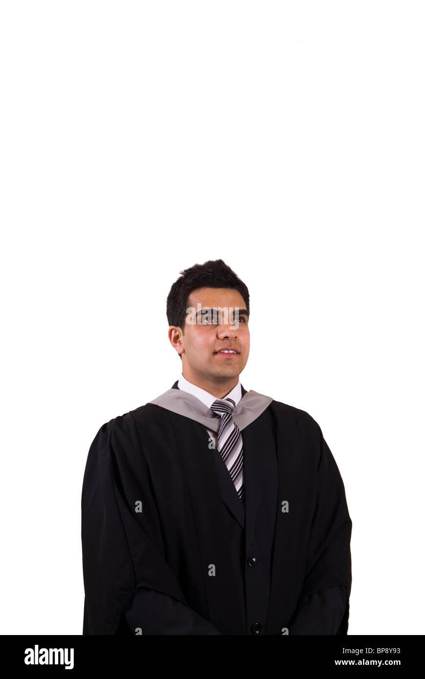 191fb52c2 Joven asiático graduado en bata de graduación mirando hacia arriba contra  un fondo blanco. Imagen