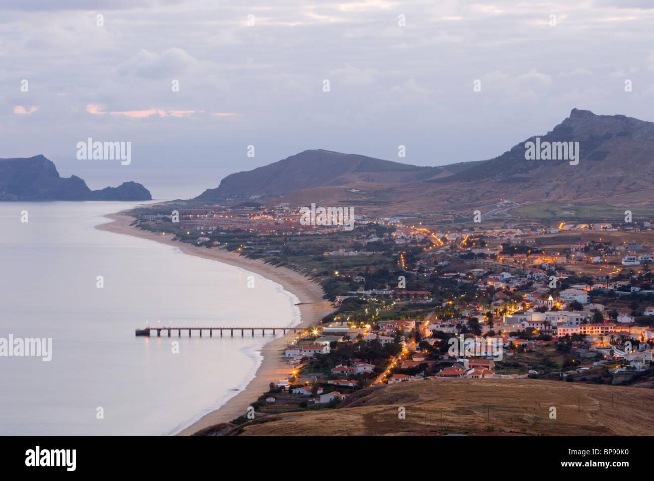 Vila Baleira al atardecer visto desde Portela, Porto Santo, cerca de Madeira, Portugal Imagen De Stock