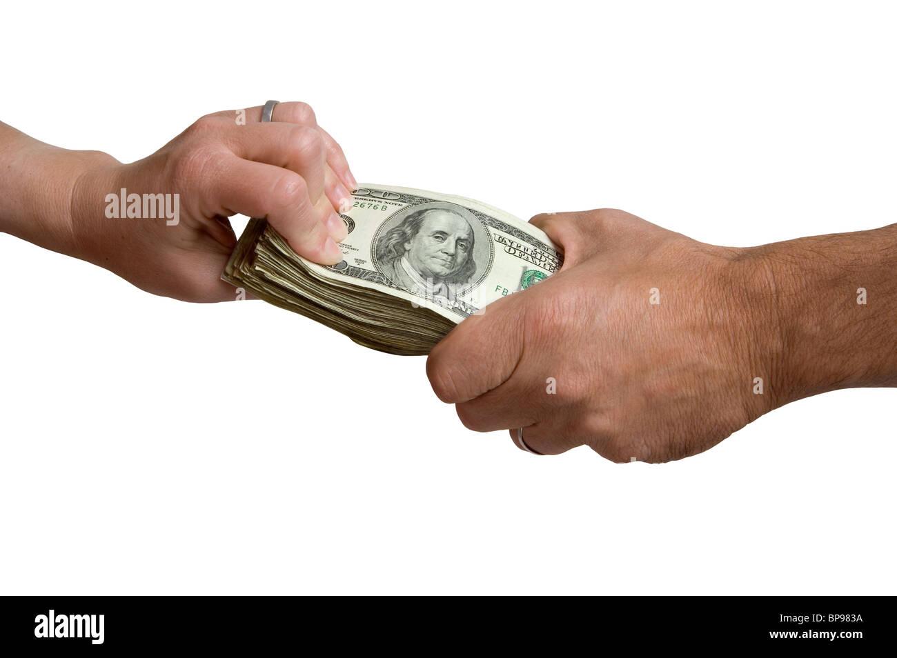 Un hombre y una mujer cada mano del aferramiento a una pila de dinero en efectivo. Imagen De Stock