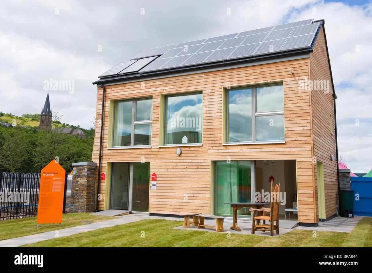 Cero carbono revestido de madera casa pasiva con triple acristalamiento y techo cubierto con paneles solares para Foto de stock