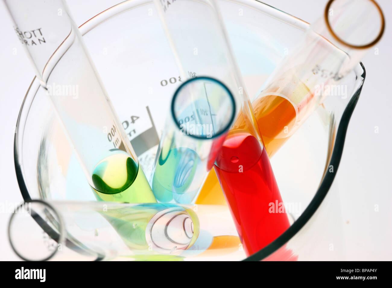 Productos químicos en tubos de ensayo. Productos químicos líquidos en un laboratorio químico. Imagen De Stock