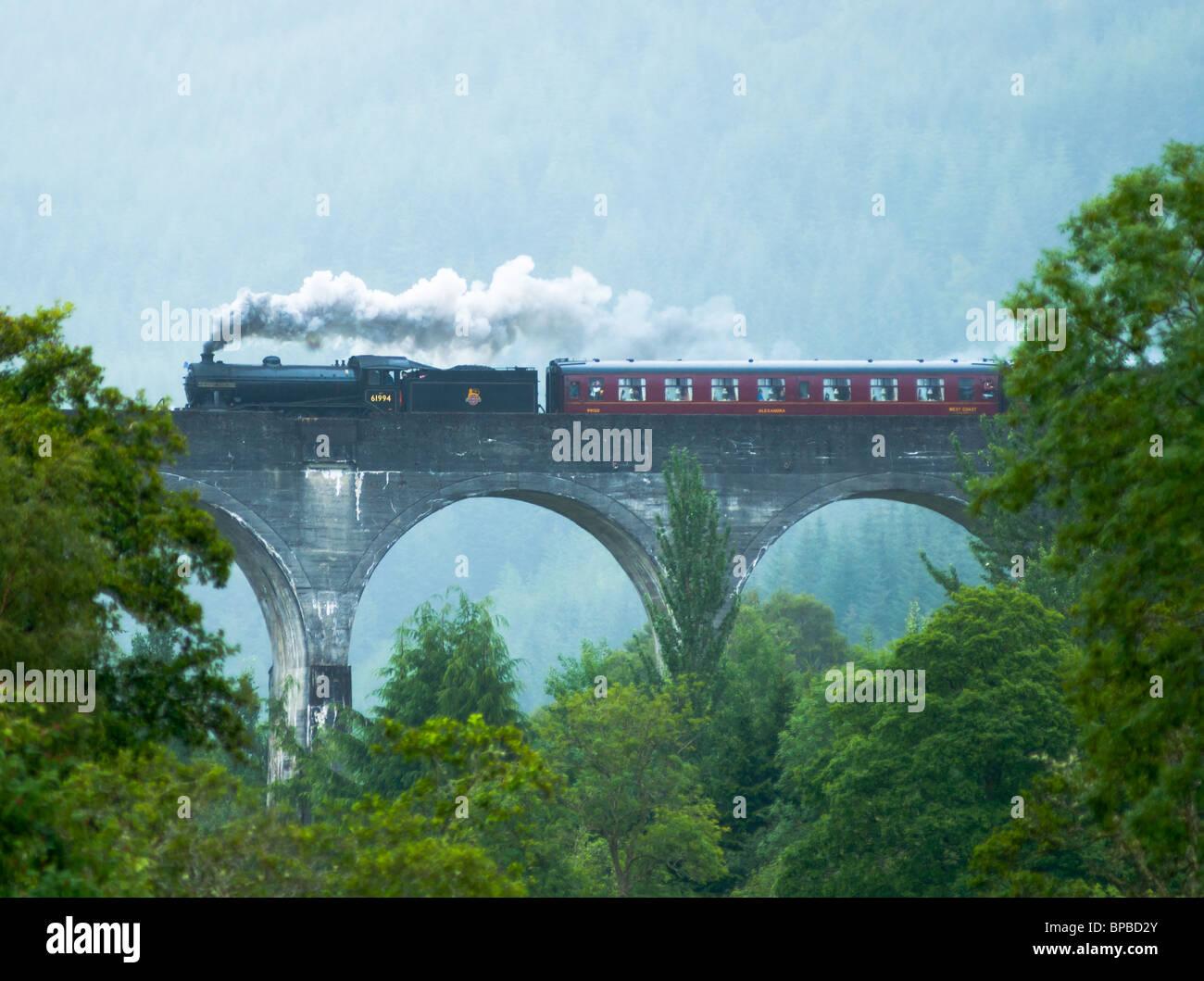 El tren de vapor jacobita cruzar el Viaducto de Glenfinnan Glenfinnan Escocia Foto de stock