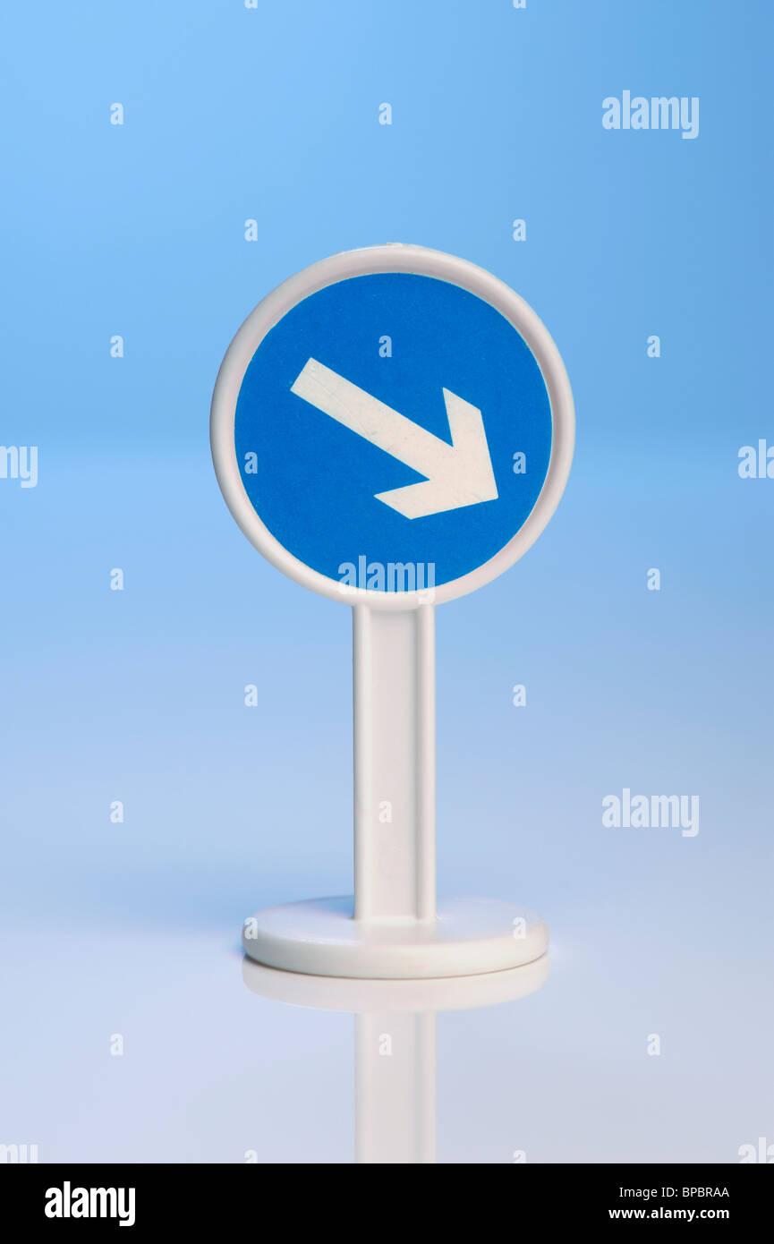 Signo de flecha azul de juguete Foto de stock