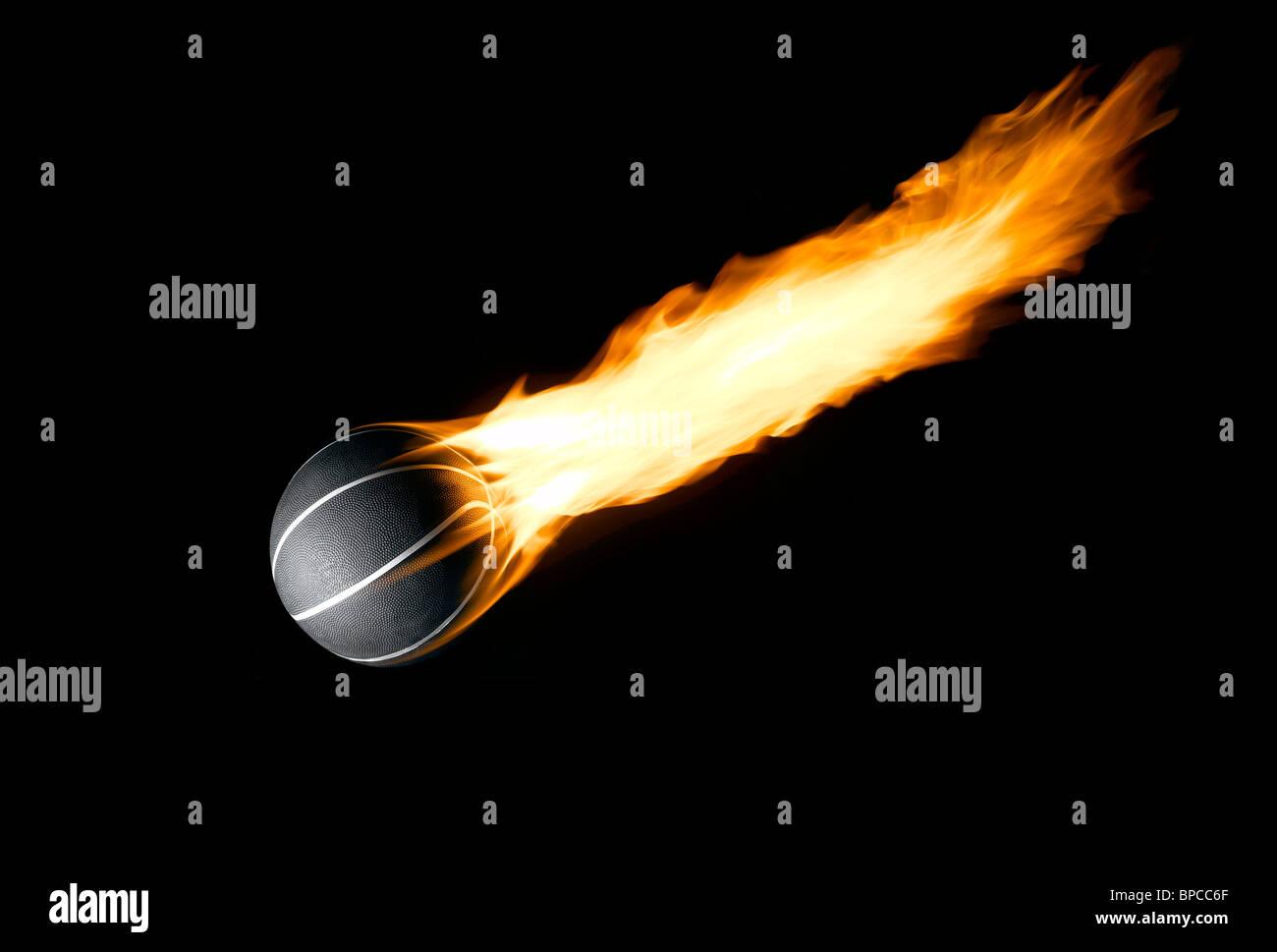 Una pelota de baloncesto con una cola como la de un cometa ardiente Imagen De Stock