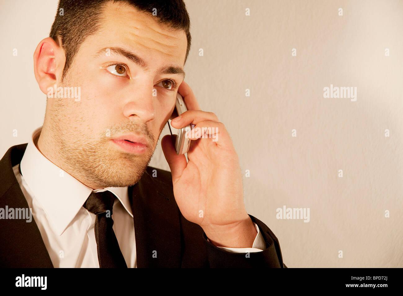 Joven a través de teléfono móvil. Cerrar vista. Foto de stock