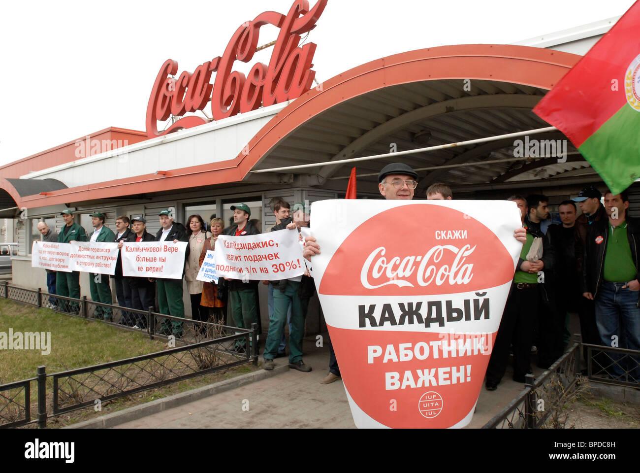 Los trabajadores de Coca-Cola Company la demanda de aumento salarial en San Petersburgo. Imagen De Stock