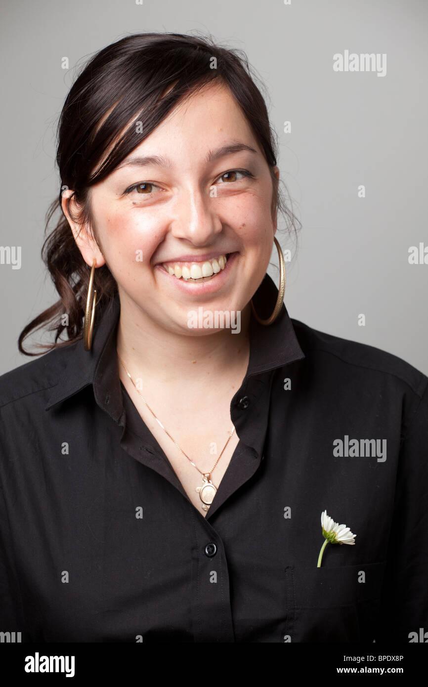 Retrato de sonriente joven mujer con pelo largo Imagen De Stock