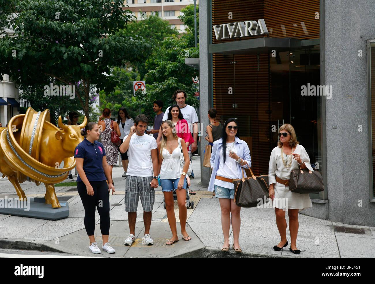 La gente en la calle Rua Oscar Freire, en Sao Paulo, Brasil. Imagen De Stock